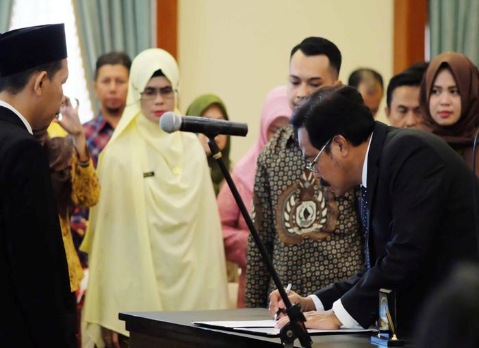 Gubernur Nurdin menandatangani pakta integritas masing-masing anggota KPID periode 2018-2021