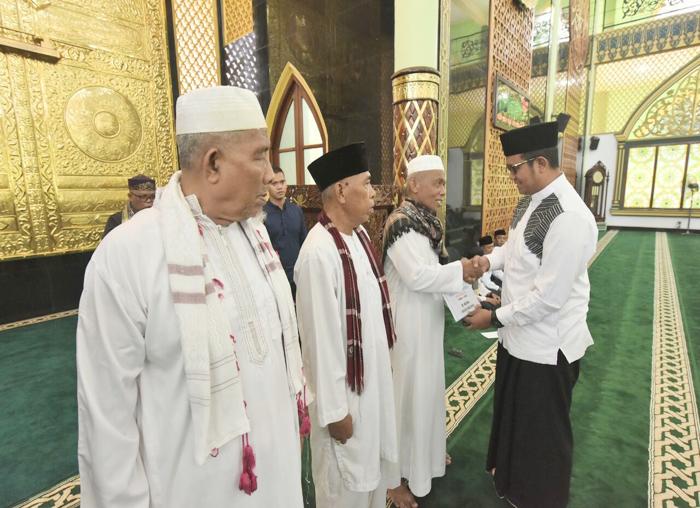 Bupati Bintan Bersalaman dengan para tokoh agama Bintan Timur
