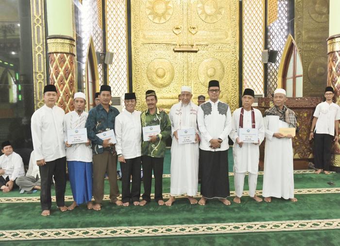 Bupati Bintan photo bersama para  tokoh agama dan penerima bantuan