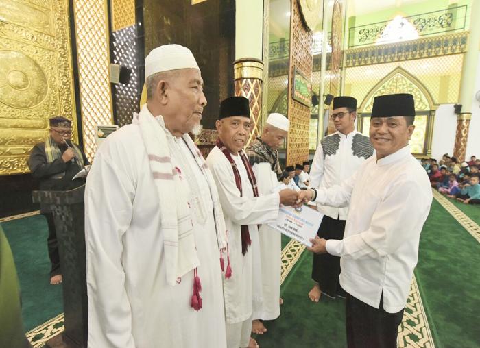 Wakil bupati Bintan Dalmasri Syam menyerahkan bantuan