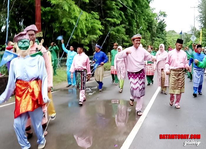 Bupati Bintan Apri Sujadi saat menunjukkan tarian tradisional di pawai STQ Kepri