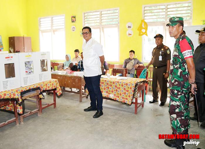 Bupati Bintan Apri Sujadi saat meninjau TPS di Bintan