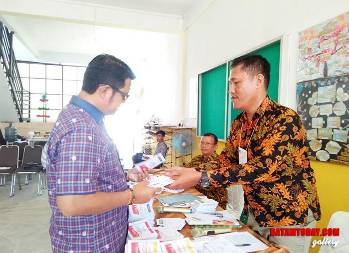 Bupati Bintan Apri Sujadi mengecek surat suara di TPS