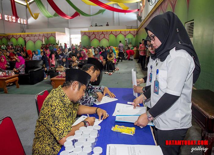 Sejumlah pegawai mendaftar mengikuti tes urin