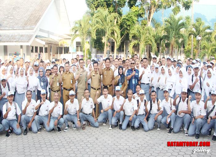 Wakil Gubernur Kepri bersama guru dan siswa SMK Negeri 1 Batam