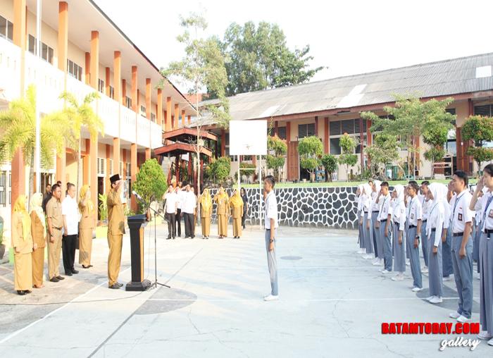 Gubernur Provinsi Kepri Nurdin Basirun saat bertindak sebagai Inspektur Upacara