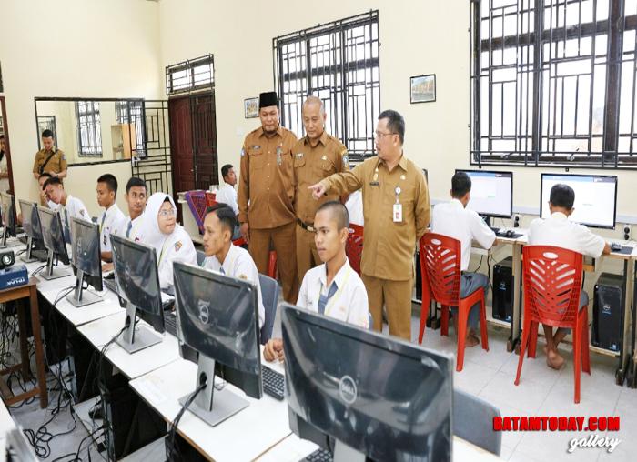 Sejumlah siswa tampak serius melaksanakan UN pada Peninjauan UN Sekda kepri di SMK Negeri 1 Tanjungpinang