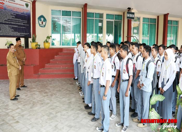 Sekda Kepri TS Arif Fadillah saat memberi arahan pada siswa dan siswi SMK Negeri 1 Tanjungpinang sebelum pelaksanaan UN