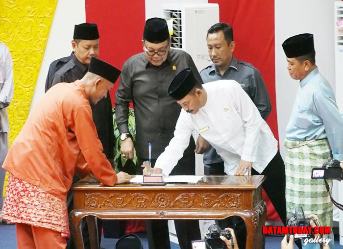 Ketua DPRD Bintan menyerahkan hasil Rapat Paripurna di Kantor DPRD Bintan kepada Pemkab Bintan