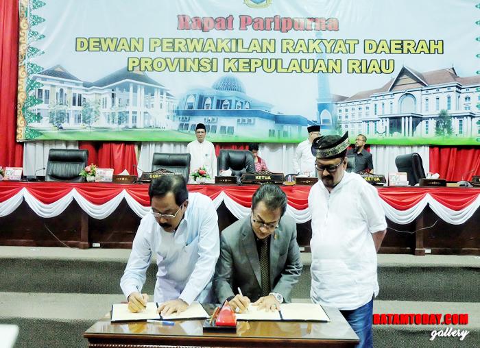 Gubernur dan Ketua DPRD menandatangani Perda APBD 2019