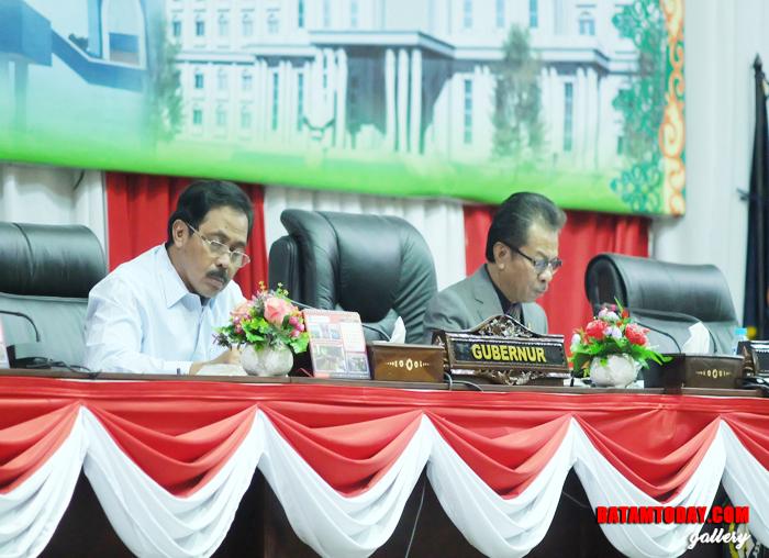 Gubernur dan Ketua DPRD Kepri pada paripurna laporan akhir Banggar DPRD Kepri sekaligus pengesahan Perda APBD 2019