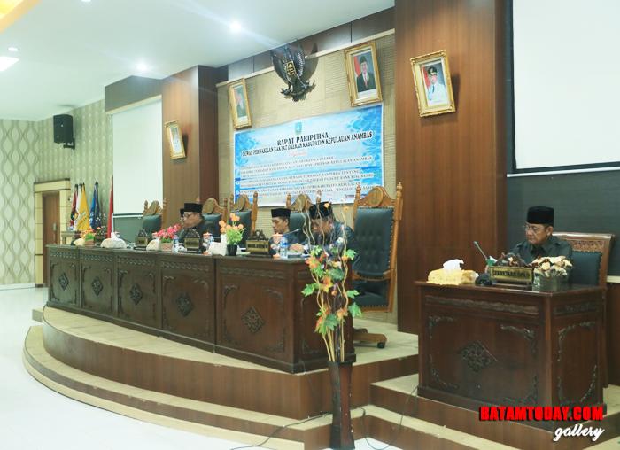 Unsur pimpinan DPRD bersama Bupati dan Sekretaris DPRD saat membuka rapat paripurna