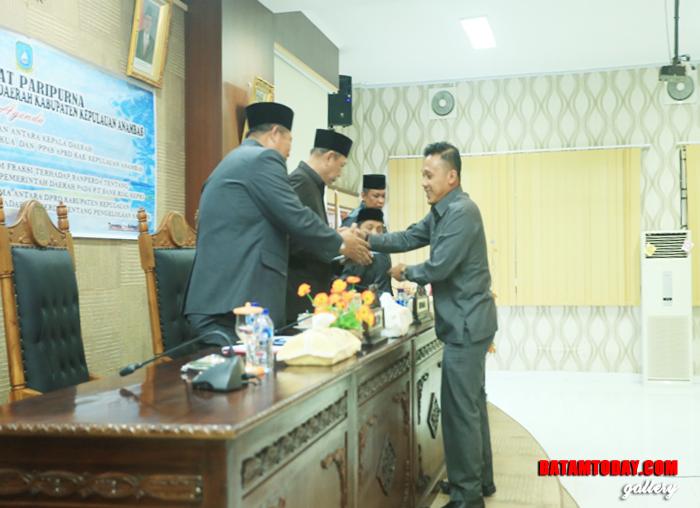 Yusli YS, perwakilan fraksi PDI  P Plus saat menyerahkan hasil pandangan umum fraksi kepada unsur pimpinan
