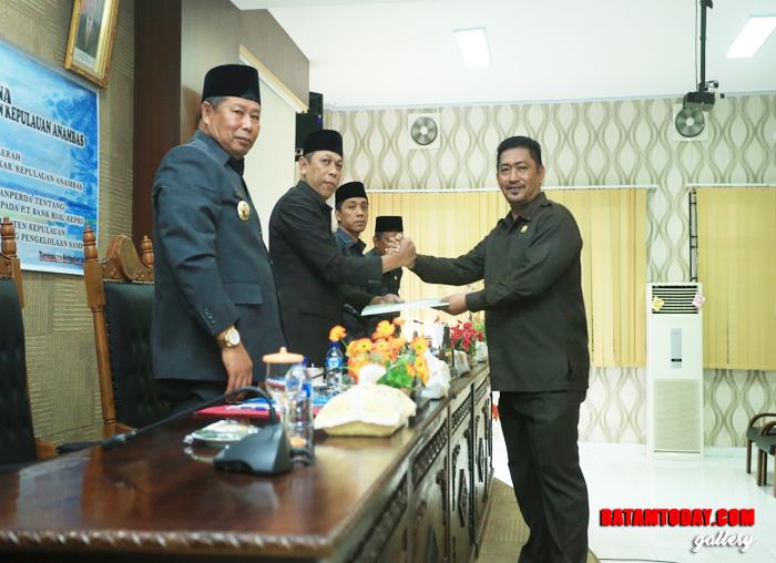 H. Dhannun saat menyerahkan hasil kinerja Pansus kepada Ketua DPRD Kabupaten Kepulauan Anambas, Imran