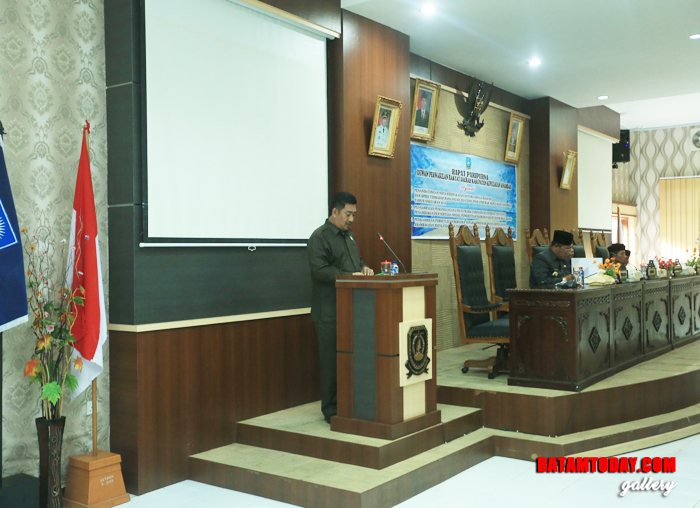 Ketua Pansus, H. Dhannun saat menyampaikan hasil kinerja Pansus tentang Ranperda pengelolaan sampah