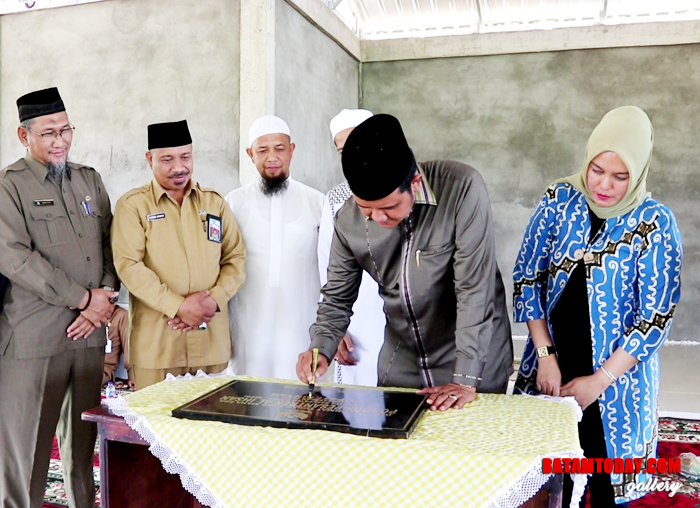 Penandatanganan perasasti peresmian Pondok Pesantren Al Ikhsan oleh Bupati Bintan