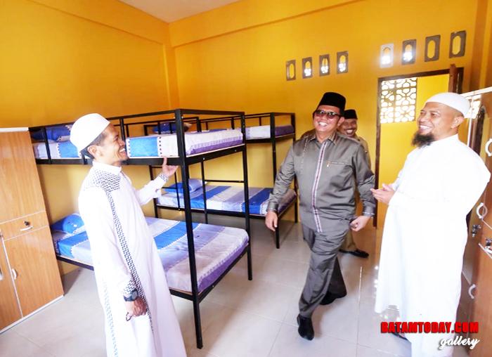 Bupati Bintan saat mengecek kamar di Pondok Pesantren Al Ikhsan