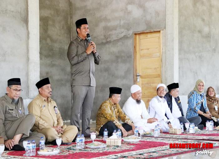 Bupati Bintan saat memberikan sambutan dalam peresmian dalam Pondok Pesantren Al Ikhsan