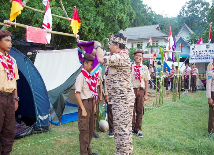 Ketua Kwarcab Pramuka Anambas memakaikan Hasduk kepada salahsatu anggota Pramuka SMPN I Siantan Timur