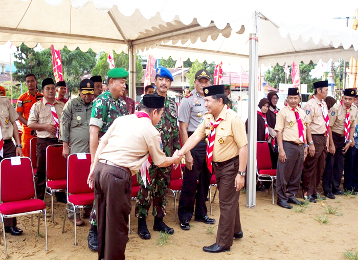 Ketua Kwartir Cabang Pramuka Anambas, Wan Zuhendra  disambut sebelum acara pembukaan Kemah Besar (Kemsar) Pramuka Kabupaten Kepulauan Anambas