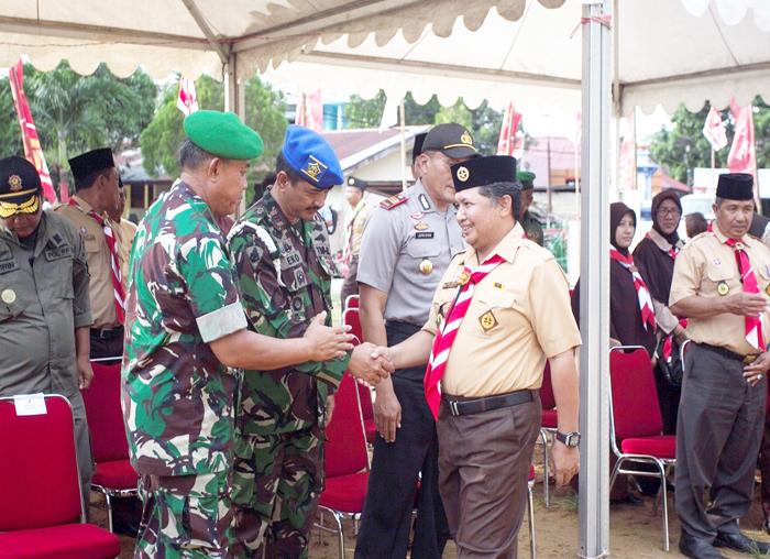 Ketua Kwartir Cabang Pramuka Kabupaten Kepulauan Anambas,  Wan Zuhendra menyalami intansi vertikal yang hadir sebelum pembukaan kemah besar Pramuka Anambas