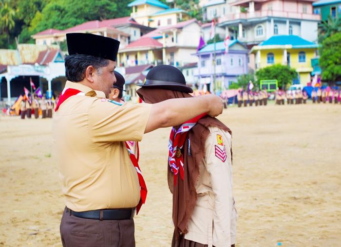 Ketua Kwarcab Pramuka Anambas, Wan Zuhendra memakaikan kacu kepada salah satu anggota Pramuka Anambas