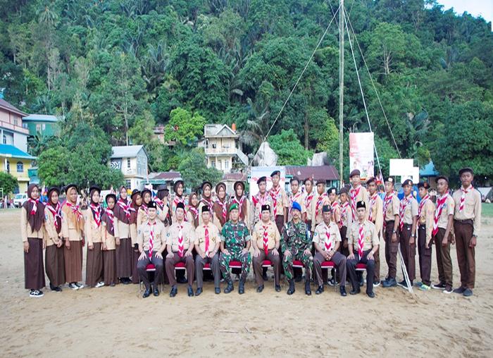 Ketua Kwarcab Pramuka Kabupaten Kepulauan Anambas,  Wan Zuhendra foto bersama instansi vertikal dan para pembina Pramuka serta anggota pramuka Anambas