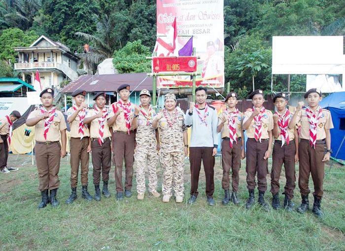 Ketua Kwarcab Pramuka Anambas, Wan Zuhendra foto bersama utusan pramuka Mts Fatahillah Anambas