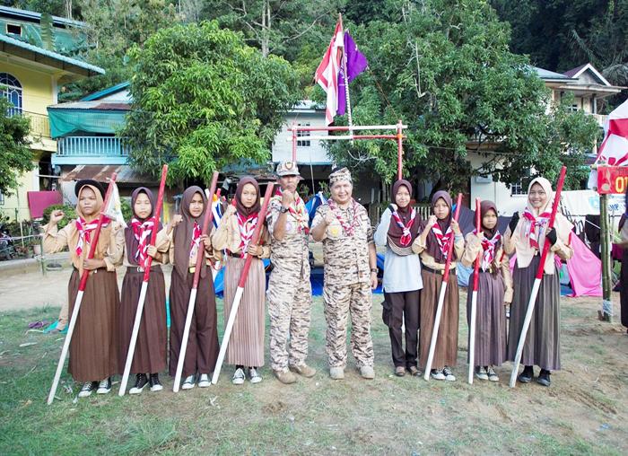 Ketua Kwarcab Pramuka Anambas foto bersama dengan adik-adik pramuka Anambas