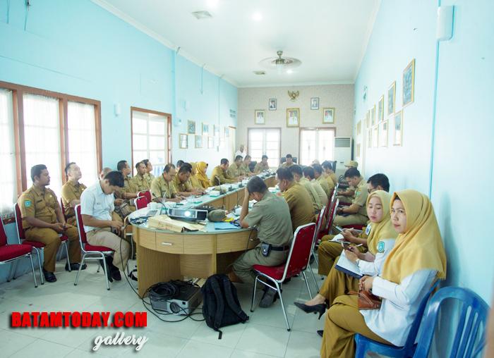 Bupati Kabupaten Kepulauan Anambas, Abdul Haris saat memulai rakor PPID triwulan III di aula kantor Bupati
