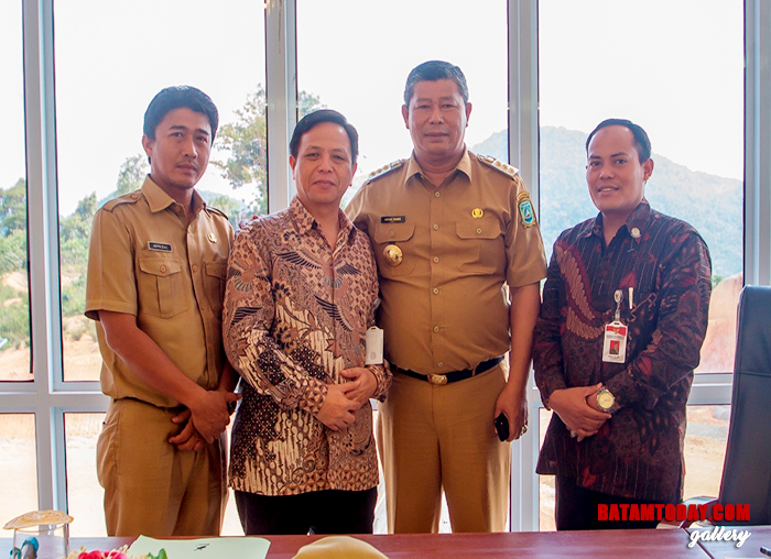 Kadiskominfotik, Bupati Anambas Abdul Haris bersama perwakilan dari Komisi Informasi Provinsi Kepri saat sesi foto bersama