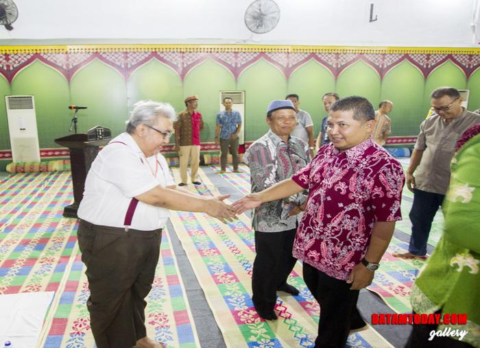 Wan Zuhendra berjabat tangan dengan anggota Kerabat Anambas se-Dunia