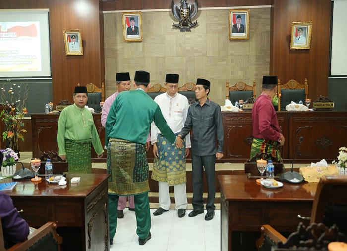 Sekda Pemkab Anambas, Sahtiar menyalami wakil Ketua I DPRD, Syamsil Umri