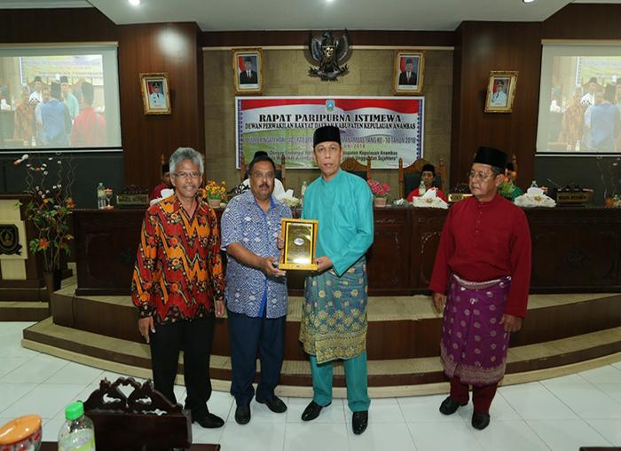Ketua DPRD, Imran menerima cindera mata dari konsulat Malaysia yang datang saat peringatan hari jadi ke-10