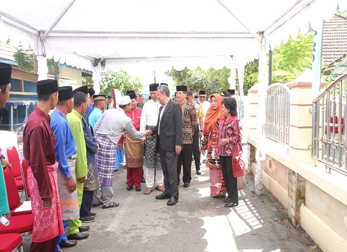 Bupati Anambas, Abdul Haris dan Wakil Bupati Anambas, Wan Zuhendra bersama rombongan tamu sebelum sidang paripurna disambut panitia