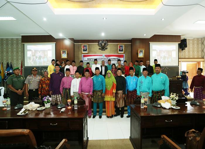 Ketua DPRD bersama anggota DPRD dan Sekretariat  DPRD foto bersama tamu undangan usai sidang Paripurna