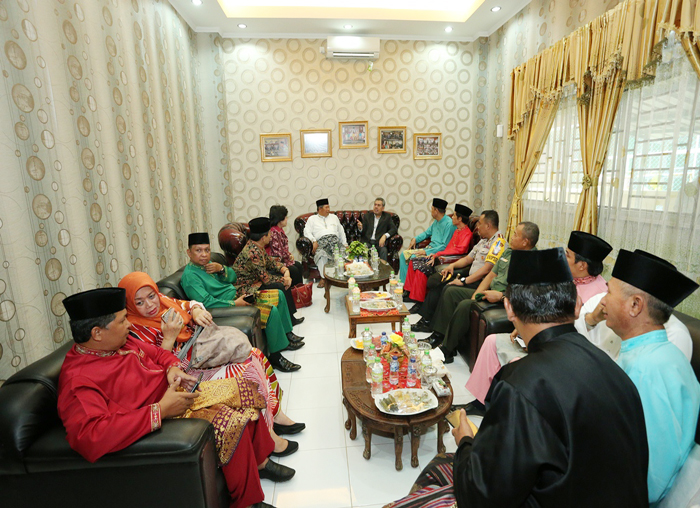 Tamu dijamu oleh Ketua DPRD dan anggota  diruangan VIP DPRD Anambas
