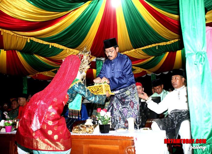 Gubernur Kepri, Nurdin Basirun menerima sekapur sirih
