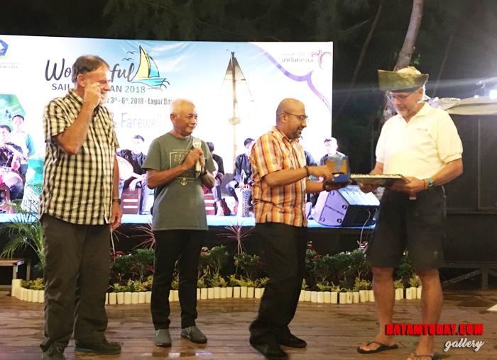 Kepala Dinas Pariwisata Bintan Luki Zaiman Prawira saat memberikan cenderamata kepada peserta foto Sail To Bintan 2018 2