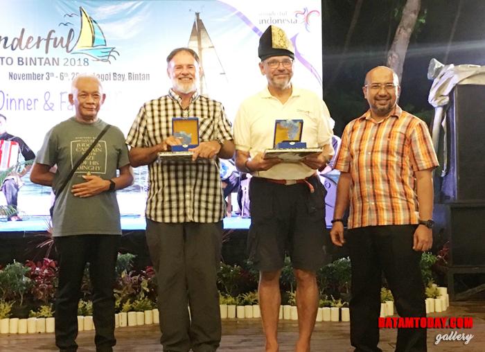 Kepala Dinas Pariwisata Bintan Luki Zaiman Prawira saat memberikan cenderamata kepada peserta foto Sail To Bintan 2018 3