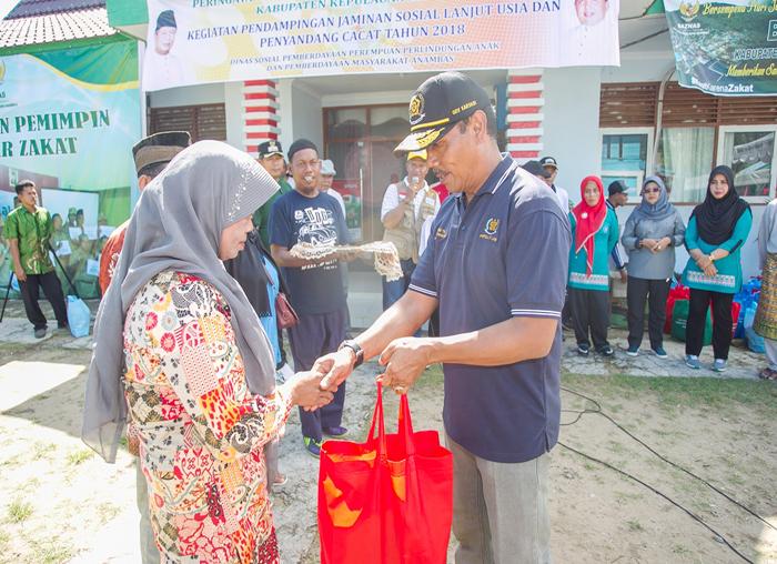 Kepala Dinas Sosial dan Pemberdayaan Perempuan dan Anak dan BPMD, Ody Karyadi memberikan bingkisan kepada warga lanjut usia