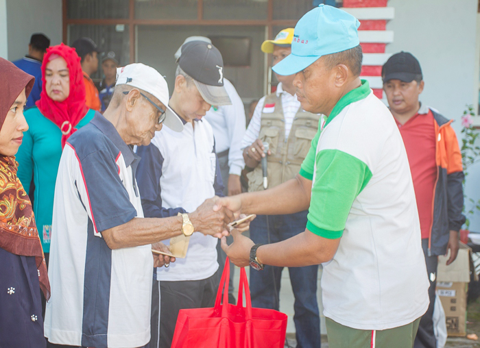 Perwira Penghubung Kodim Natuna, Mayor Harioko secara simbolis memberikan santunan kepada lanjut usia