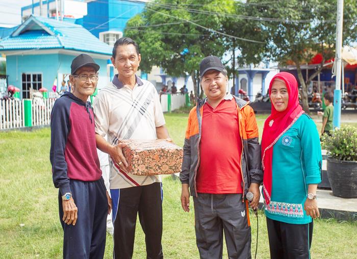 Wakil Bupati Anambas, Wan Zuhendra beserta istri memberikan bingkisan kepada warga lanjut usia