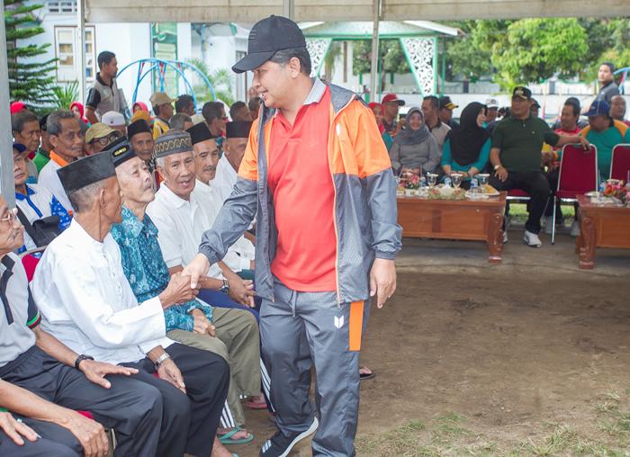 Wakil Bupati Anambas, Wan Zuhendra menyalami  warga lanjut usia di halaman kantor bupati