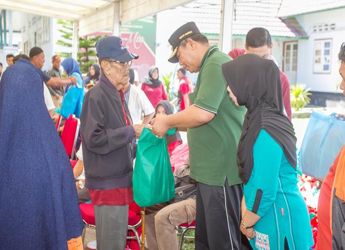 Bupati Anambas, Abdul Haris memberikan santunan kepada warga lanjut usia