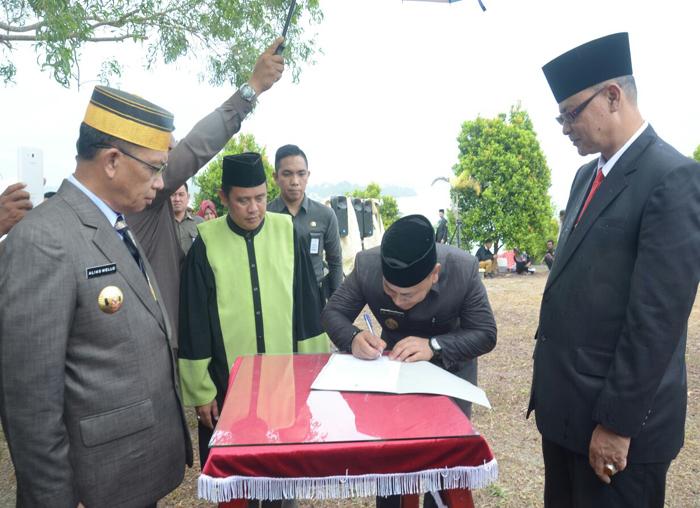 Wakil Bupati Lingga, M Nizar saat menandatangani SK Pelantikan Juramadi Esram oleh Bupati Lingga Alias Wello