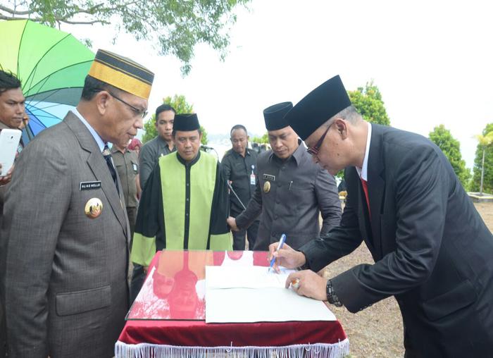 Juramadi Esram saat menandatangani SK Pelantikan sebagai Sekda Lingga