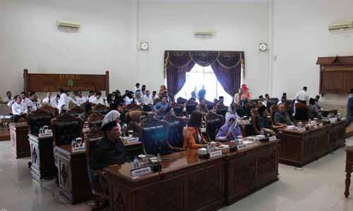 Jajaran Anggota DPRD Kota Tanjungpinang saat menghadiri Rapat Paripurna Pengesahan Ranperda Hak Keuangan dan Administratif Pimpinan dan Anggota DPRD Kota Tanjungpinang menjadi Perda