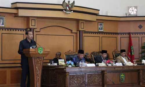 Panitia Pansus Ranperda Hak Keuangan dan Administratif Pimpinan dan Anggota DPRD Kota Tanjungpinang, Simon Awantoko menyampaikan laporan akhir Pansus