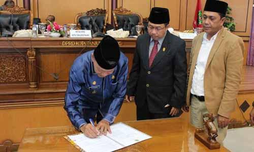 Wakil Wali Kota Tanjungpinang, Syahrul menandatangani nota kesepahaman pengesahan Ranperda Hak Keuangan dan Administratif Pimpinan dan Anggota DPRD Kota Tanjungpinang menjadi Perda yang disaksikan oleh Ketua DPRD Tanjungpinang, Suparno dan Wakil Ketua II DPRD Tanjungpinang, Ahmad Dani